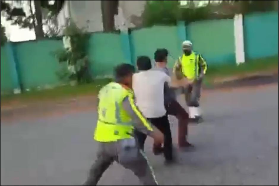 El incidente se difundo en las redes sociales, pero se desconoce los hechos que originaron la furia del ciudadano que agredió al PMT. (Captura Video)