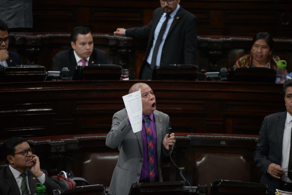El diputado Aldo Dávila persiguió al presidente del Congreso para llamarlo a votación. (Foto: Archivo/Soy502)