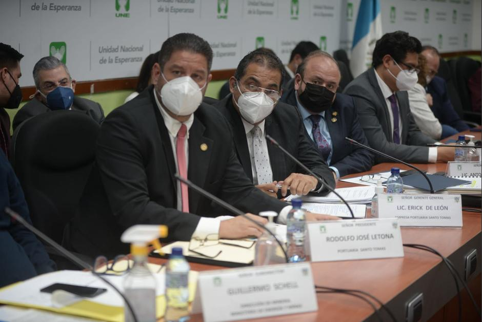 Varios funcionarios fueron citados a la UNE para hablar acerca de la visita de los ciudadanos rusos a Guatemala. (Foto: Wilder López/Soy502)