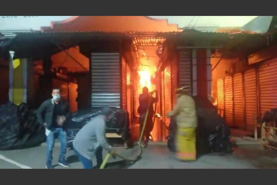 Bomberos Voluntarios trabajaron durante varias horas para apagar el fuego que consumió locales en el mercado de artesanías de Esquipulas. (Foto: Bomberos voluntarios)
