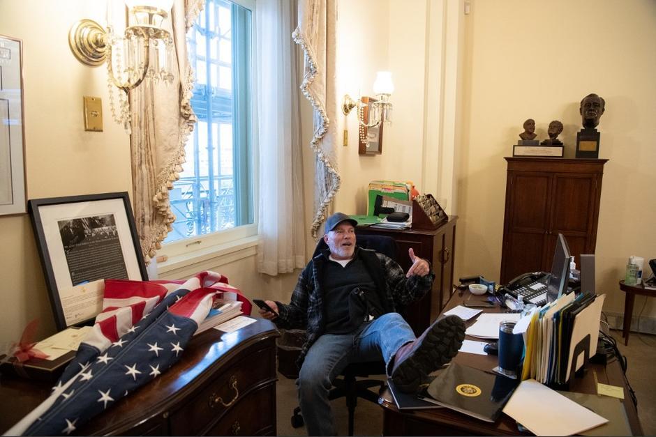 Richard Barnett es uno de los detenidos por la Policía tras ser captado en la oficina de Nancy Pelosi durante irrupción al Capitolio. (Foto: AFP)