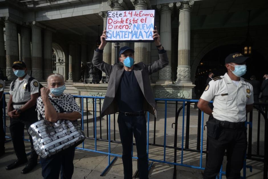 Un joven acudió al Palacio Nacional de la Cultura para manifestarse contra Alejandro Giammattei. (Foto: Wilder López/Soy502)