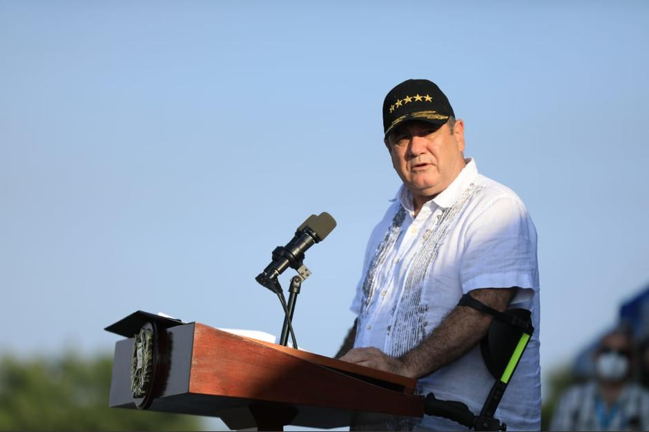 El presidente Alejandro Giammattei participó en el 62 aniversario de las fuerzas navales del Ejército. (Foto: Presidencia)