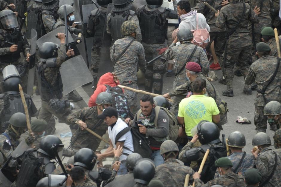 Miembros del Ejército de Guatemala impidieron el paso a los migrantes. (Foto: AFP)