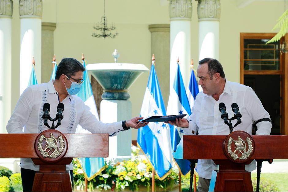 El presidente Juan Orlando Hernández visitó a su homólogo guatemalteco, Alejandro Giammattei, en noviembre pasado. (Foto: Archivo/Soy502)