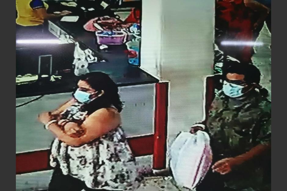 En total, son cuatro las personas que ingresaron a robar al comercio. (Foto: De Todo Pa Todos Chiquimula)
