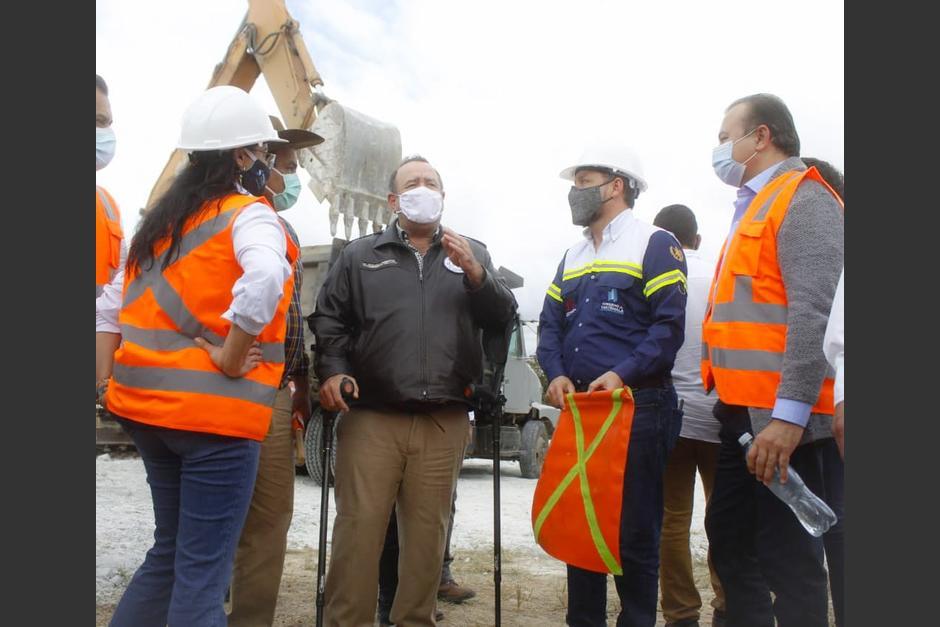 El presidente Alejandro Giammattei participó en la inauguración del inicio de trabajo para un paso a desnivel en Palencia. (Foto: CIV)