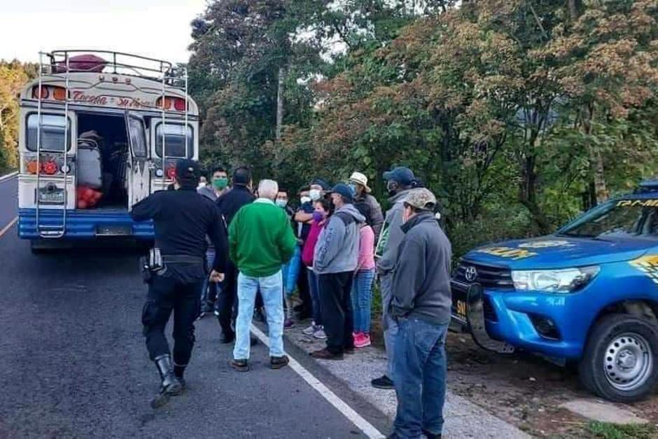 La PNC arrestó al piloto de un bus por llevar la unidad con más personas de las que permiten los protocolos sanitarios para evitar el contagio del Covid-19. (Foto: Stereo100)