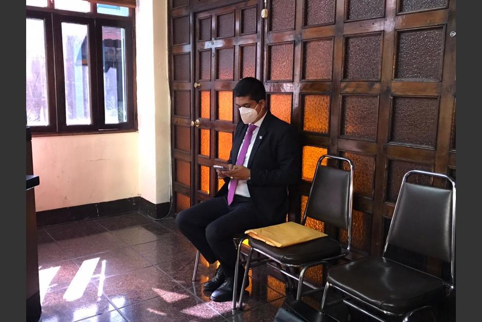 El abogado Mynor Moto llegó por tercera ocasión a la CC para exigir que le den toma de posesión. (Foto: Cortesía José Castro)