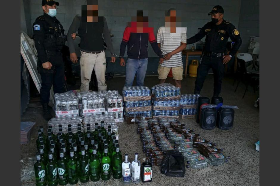 Tres hombres fueron detenidos cuando trataban de ingresar cerveza y botellas de licor al Centro Carcelario Pavón, ubicado en Fraijanes. (Foto: PNC)