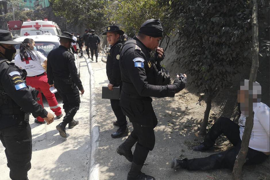 Un agente de la PNC fue arrestado por agredir a un taxista en un sector del Anillo Periférico. (Foto: Cruz Roja Guatemalteca)