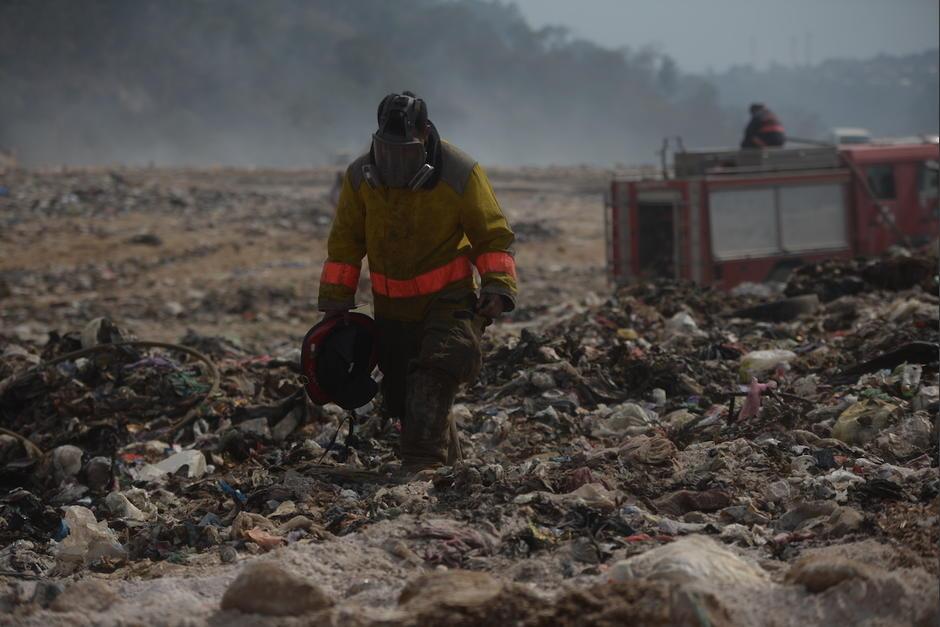 La intensidad del humo del incendio del vertedero de Bárcenas, Villa Nueva, ha complicado la labor de los bomberos. (Foto: Wilder López/Soy502)