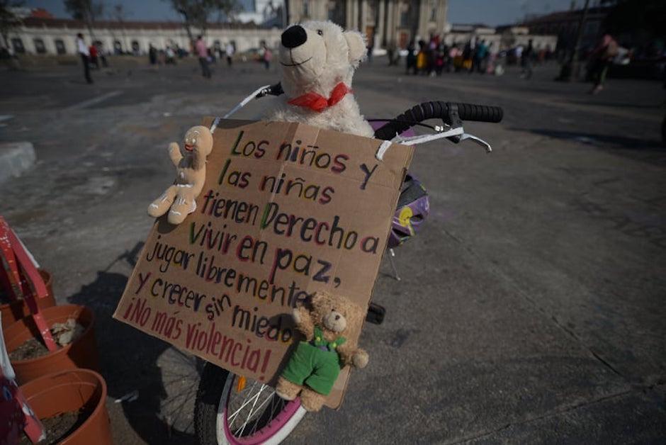 Las consignas en contra de la violencia contra niños y niñas.  (Foto: Wilder López/Soy502)