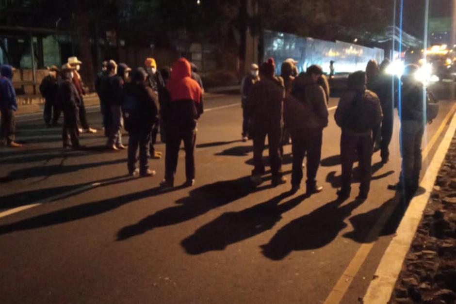 Un grupo de militares realiza un bloqueo en el kilómetro 15 de la calzada Roosevelt con dirección a la ciudad. (Foto: Pablo Morales/PMT)