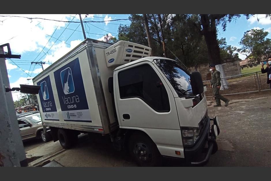El camión arribó a la Fuerza Aérea Guatemalteca para trasladar las vacunas. (Foto: Wilder López/Soy502)