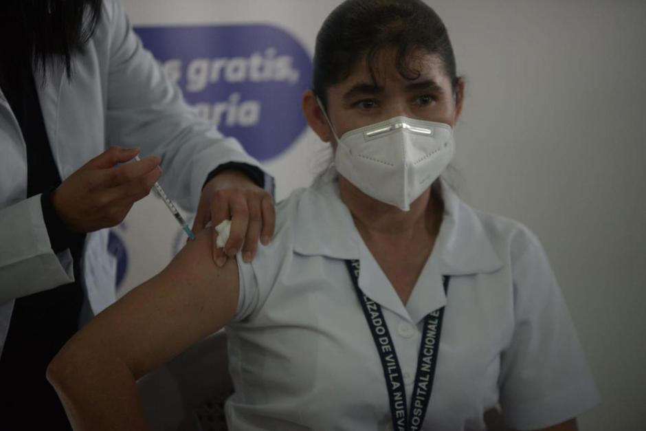 La enfermera María Guevara González se convirtió en la primera persona en recibir una vacuna contra el Covid-19 en Guatemala. (Foto: Wilder López/Soy502)