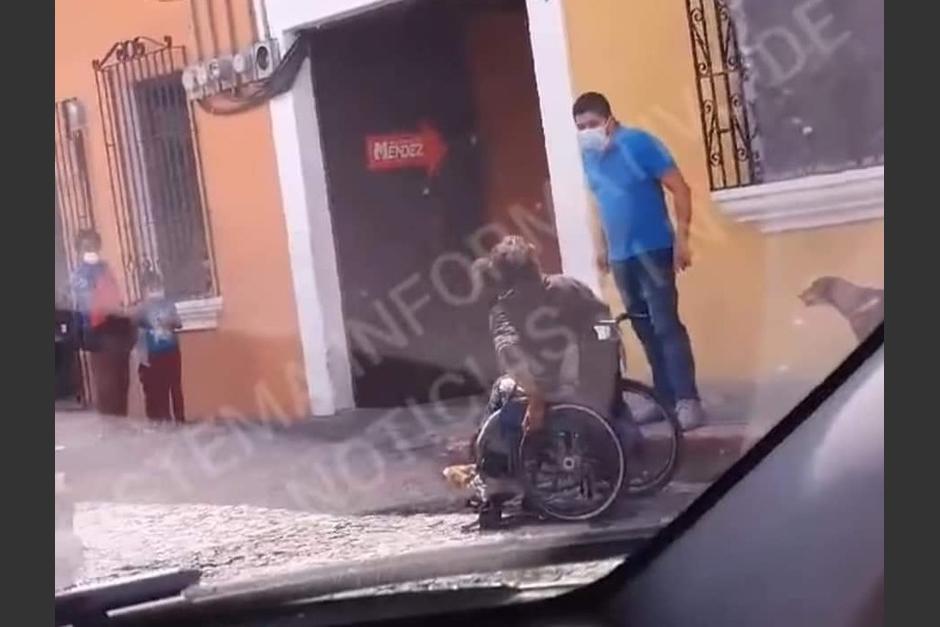 Como Fernando Siliezar, esposo de Emilenne Mazariegos, fue identificado como el agresor al hombre en silla de ruedas. (Captura Video)