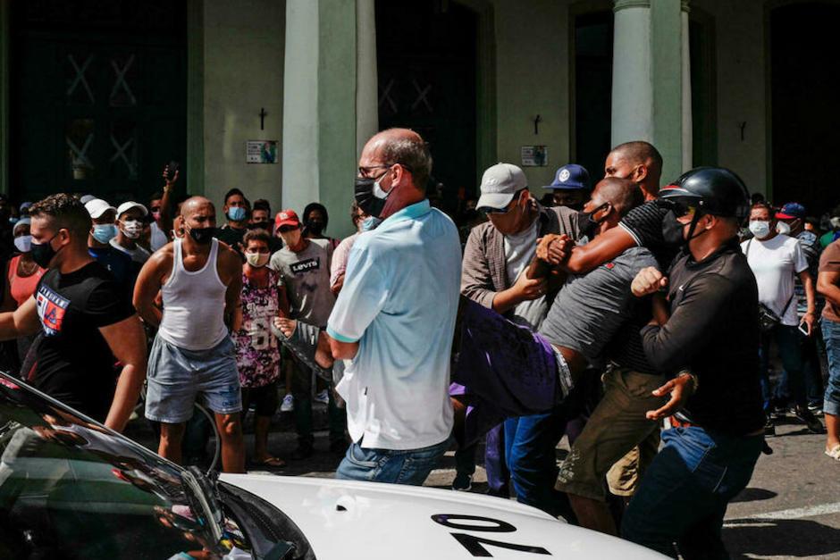 Autoridades cubanas detienen a un hombre durante protestas antigubernamentales el 11 de julio de 2021 en La Habana. (Foto: Adalberto Roque/AFP)