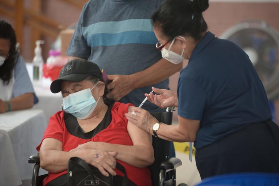 Decenas de adultos mayores acudieron por su segunda dosis de AstraZeneca y les han dicho que no hay vacunas. (Foto: Wilder López/Soy502)