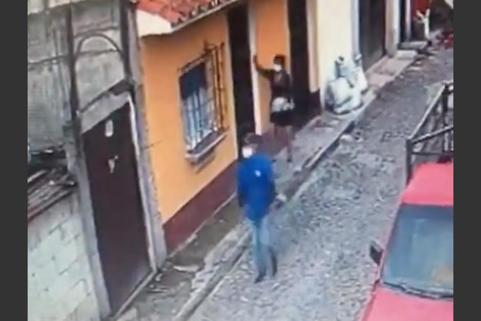 Un hombre agredió sexualmente a una mujer que caminaba por una calle en San Pedro las Huertas. (Foto: Captura de video)