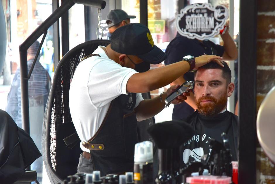 Actualmente, cuatro barberos atienden al mismo tiempo. (Foto: Fredy Hernández/Soy502)