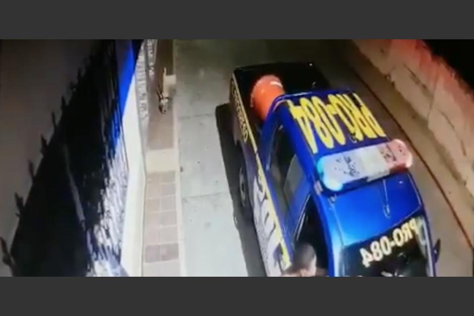Hombre roba radiotransmisor a una patrulla de la Policía Nacional Civil. (Foto: Captura de video)