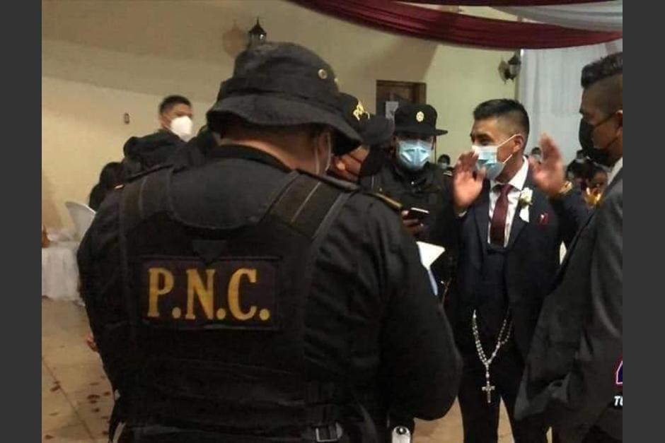 Agentes de la PNC y delegados del Ministerio de Salud acudieron al salón de eventos para suspender la celebración de la boda, debido a las restricciones por el Estado de Prevención. (Foto: Facebook Noticias de Totonicapán)