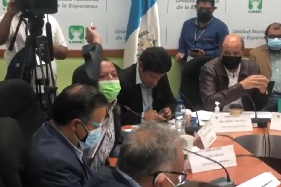 """El diputado de Winaq, Aldo Dávila, le gritó mentiroso al viceministro de Salud, Francisco Coma, quien le respondió: """"pendejo"""". (Foto: Captura de pantalla)"""