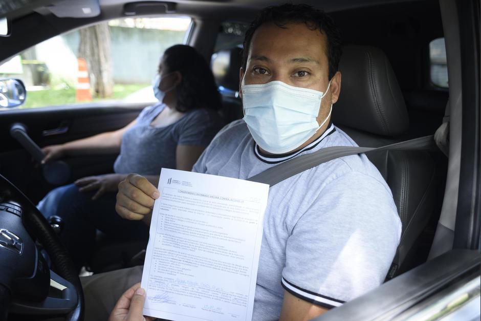 César Donis llegó desde Villa Nueva en busca de la primera dosis de la vacuna anticovid. (Foto: Wilder López/Soy502)