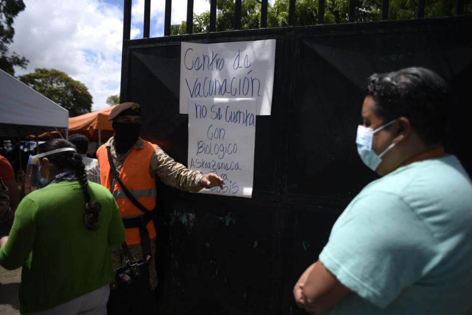 Cientos de guatemaltecos abarrotan los centros de vacunación. (Foto: Wilder López/Soy502)
