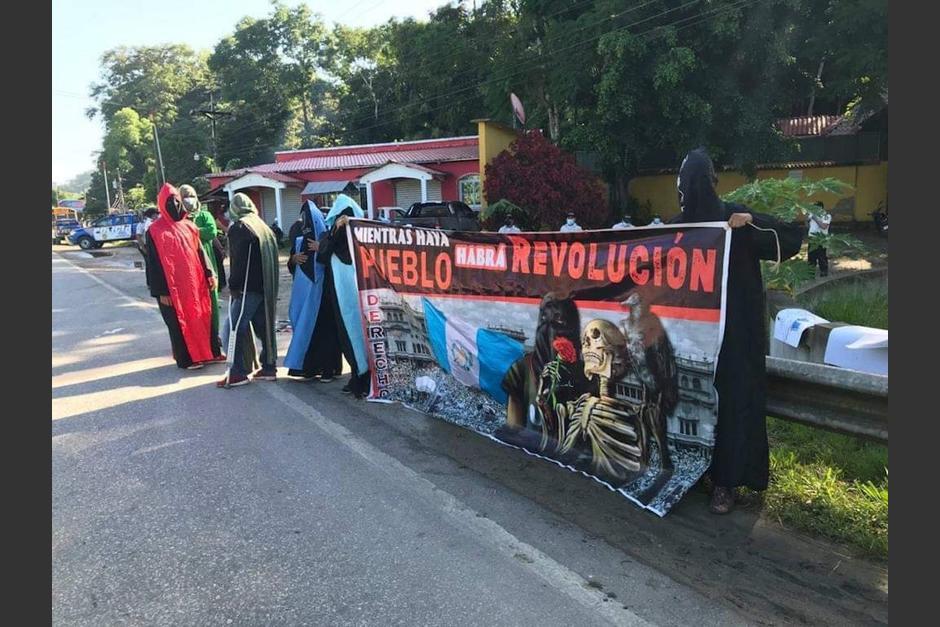 Algunos estudiantes universitarios realizaron una pequeña manifestación en Poptún, Petén. (Foto: Red de Medios Digitales)