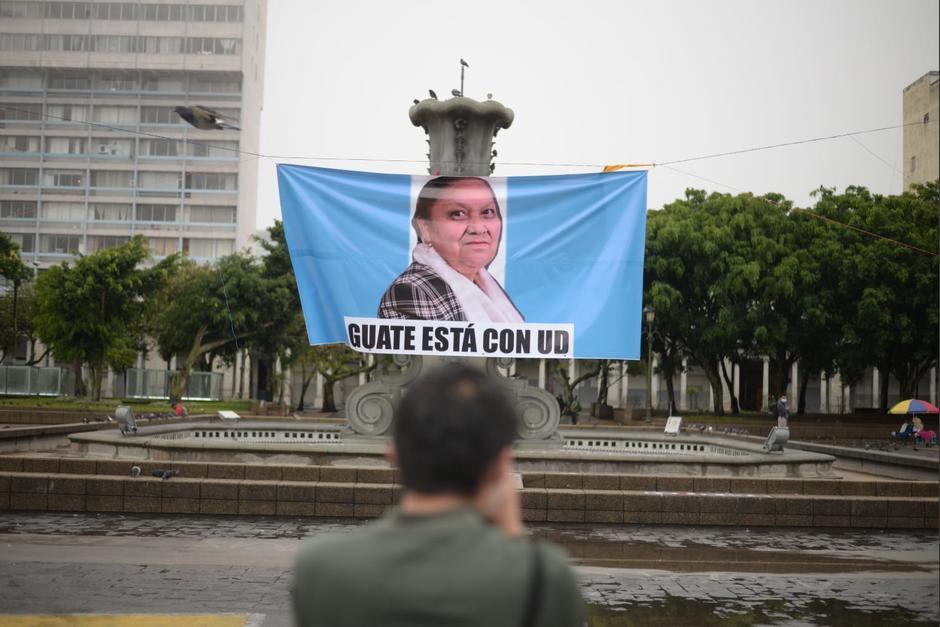 Durante la mañana de este jueves 29 julio, fueron colocadas mantas en apoyo a la Fiscal General, Consuelo Porras. (Foto: Wilder López/Fredy Hernández/Soy502)
