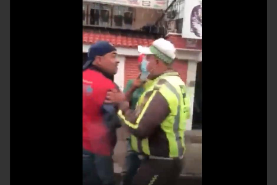 En un video se observa una agresión de agentes de la PMT a un hombre en la zona 11, las autoridades argumentaron que fueron agredidos primero. (Foto: captura de video)