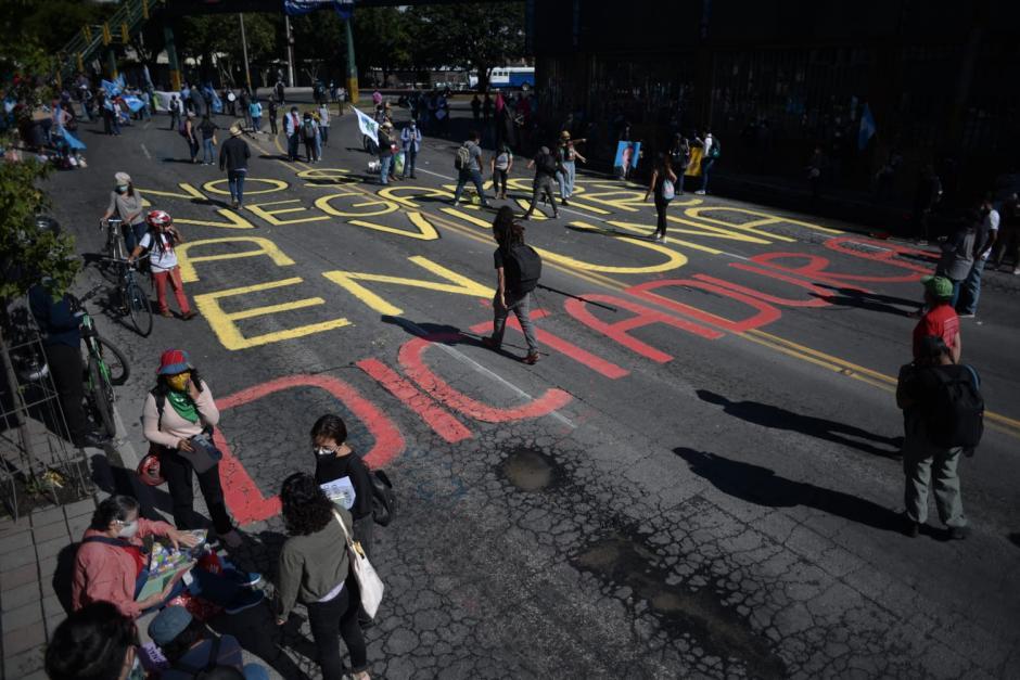 Los inconformes realizaron pintas en el suelo y paredes aledañas para exigir la renuncia de Giammattei. (Foto: Wilder López/Soy502)