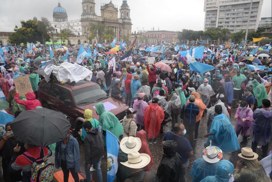 Cientos de manifestantes exigen la renuncia de Alejandro Giammattei y Consuelo Porras en la plaza central. (Foto: Wilder López/Soy502)