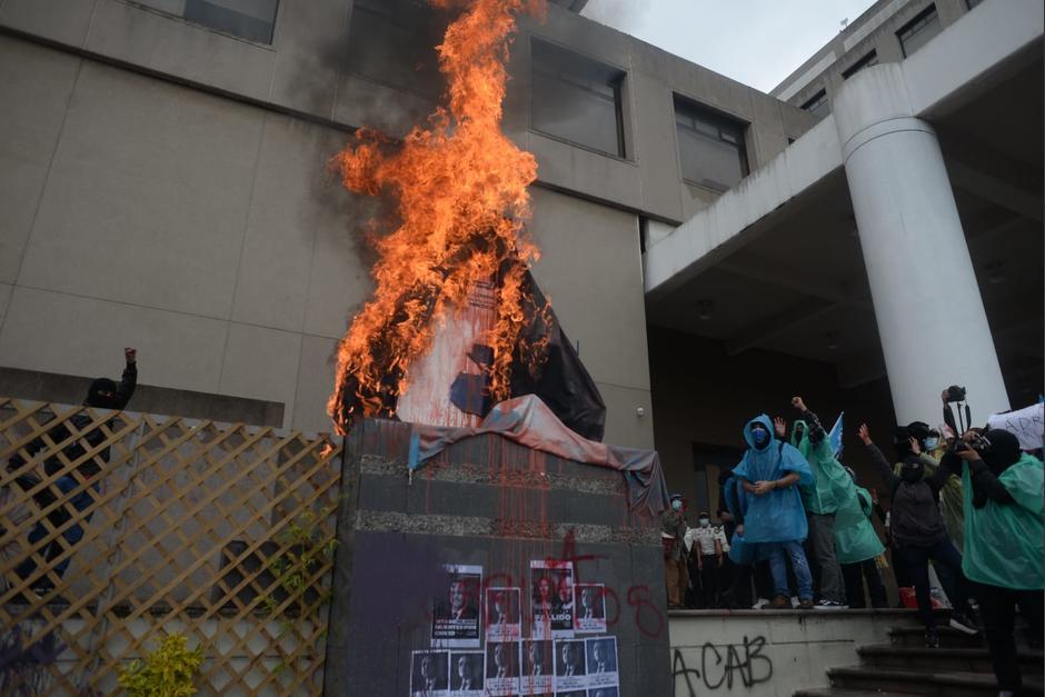 Manifestantes incendiaron una placa al frente del MP. (Foto: Wilder López/Soy502)