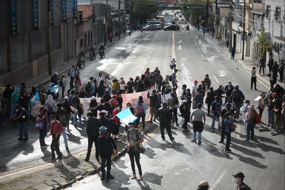 Decenas de personas bloquearon el paso al final de la Calle Martí e inicio del Anillo Periférico. (Foto: Wilder López/Soy502