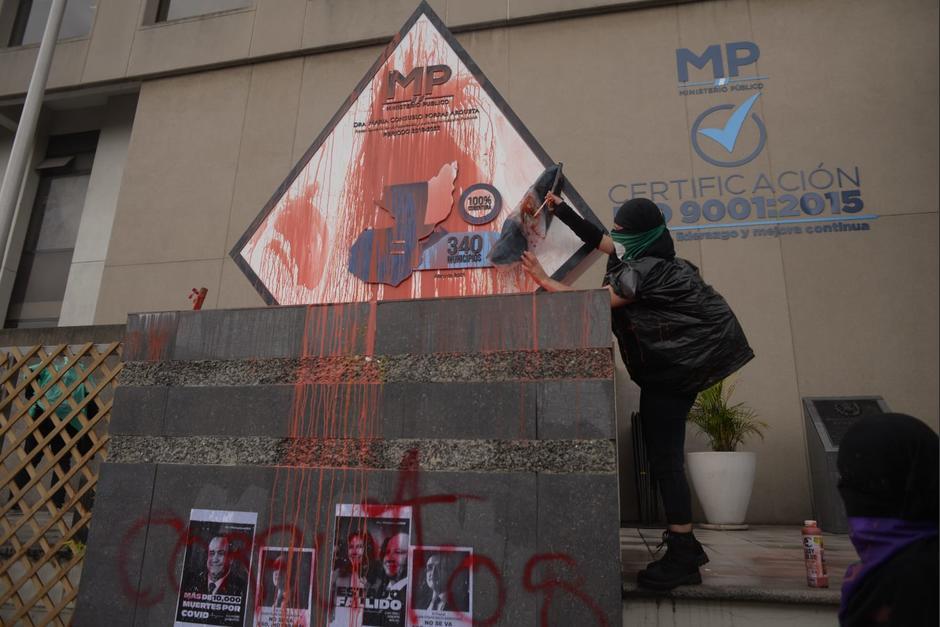 El MP y sus aliados reaccionaron luego de que los manifestantes quemaran y dañaran la placa conmemorativa ubicada al frente del ente investigador. (Foto: Wilder López/Soy502)