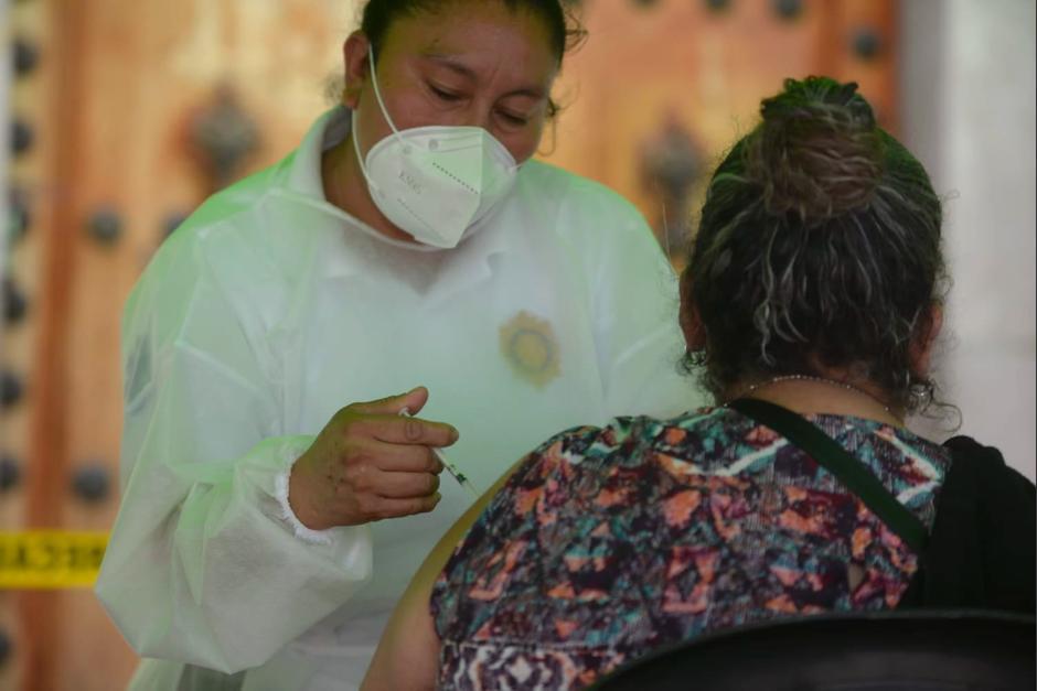 Médicos de la PNC ofrecen la vacuna sin cita en la Plaza de la Constitución. (Foto: Wilder López/Soy502)