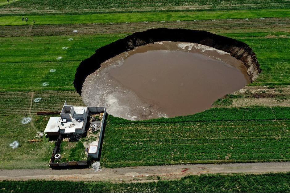 El agujero empezó midiendo 30 metros y ha crecido en cuestión de días. (Foto: AFP)