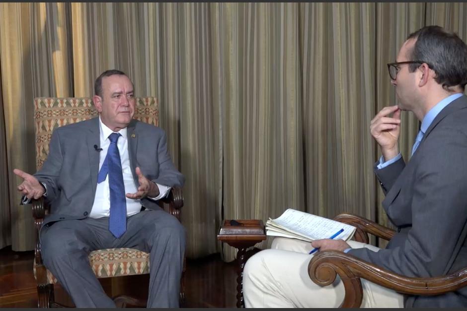 El presidente Alejandro Giammattei en entrevista con la agencia internacional Reuters. (Foto: Captura de pantalla)