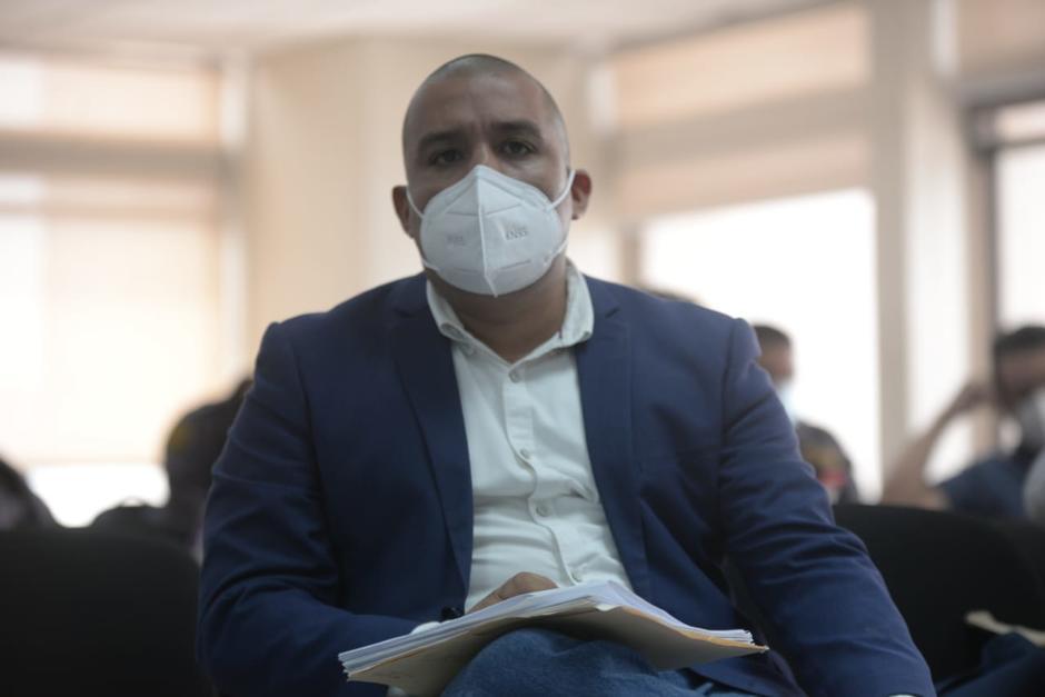 Juan Francisco Solórzano Foppa escucha al fiscal Rafael Curruchiche en la audiencia de primera declaración. (Foto: Wilder López/Soy502)