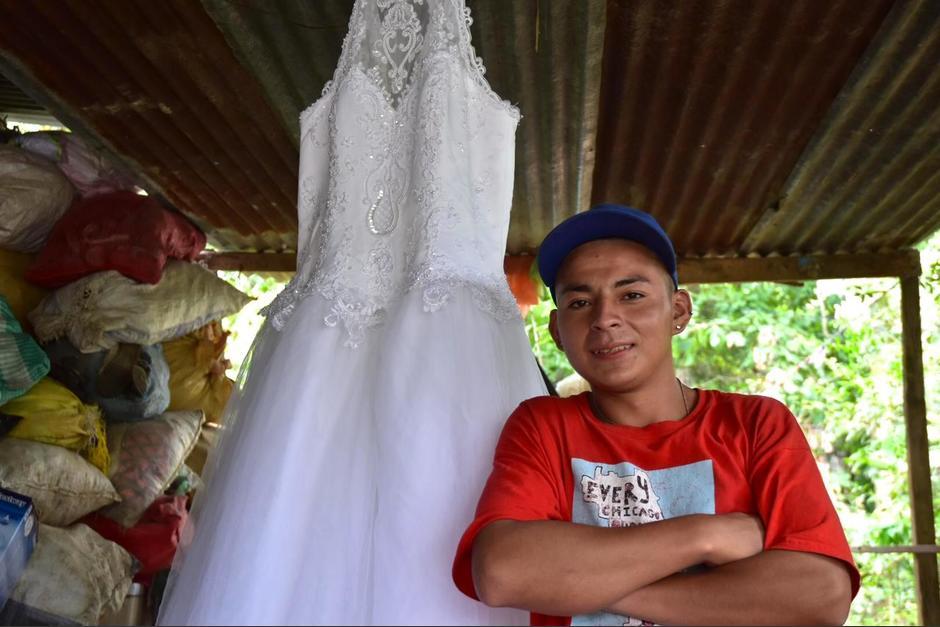 Lisman Edilson Castillo Mazariegos se hizo viral al ponerse un vestido de novia encontrado en la basura. (Foto: Frey Hernández/Soy502)