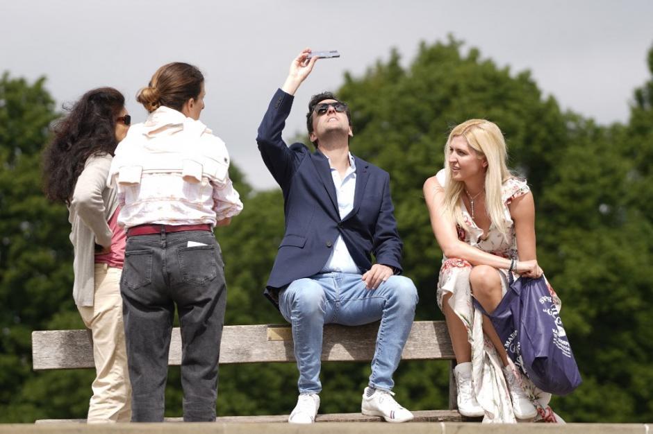 Ciudadanos de Londres observan el eclipse de sol. (Foto: AFP)