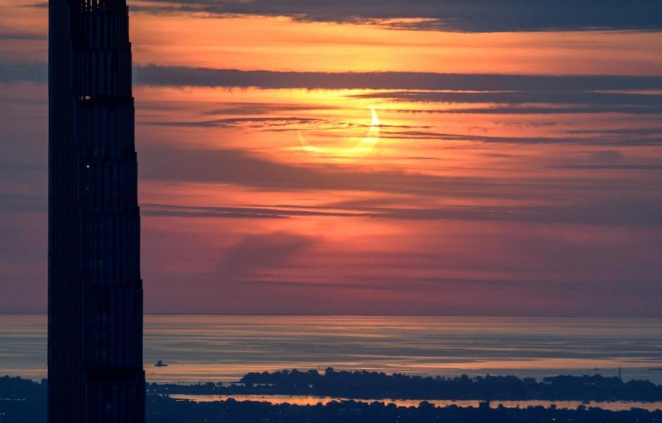 Otra perspectiva del eclipse en Nueva York. (Foto: AFP)