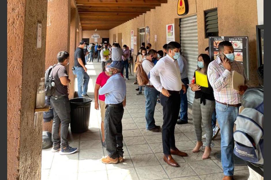 Las largas filas son frecuentes en los centros de emisión de pasaportes. (Foto: Archivo/Soy502)