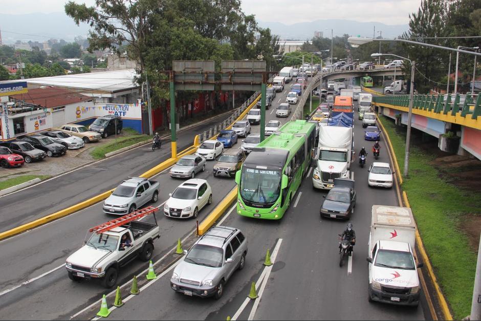 Tanto el final del Anillo Periférico como la séptima avenida de la zona 12 estuvieron congestionadas por la afluencia de automovilistas que se dirigían a la Usac. (Foto: Fredy Hernández/Soy502)