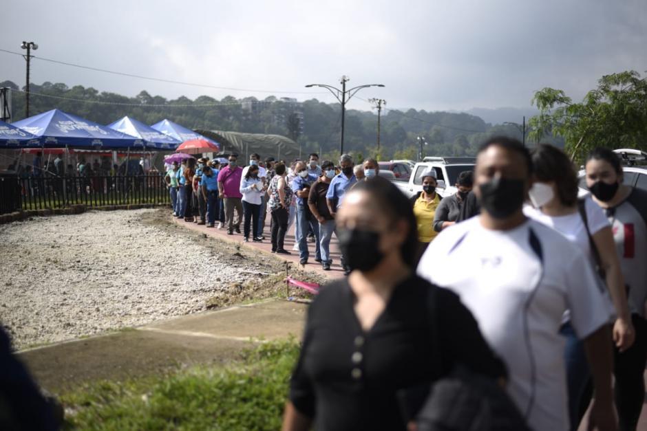 Cientos de guatemaltecos mayores de 50 años buscan vacunarse en Cayalá. (Foto: Wilder López/Soy502)