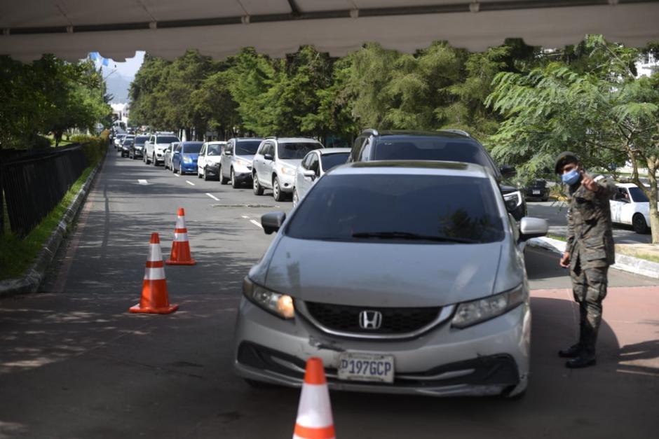 En Cayalá se observan grandes filas de vehículos. (Foto: Wilder López/Soy502)