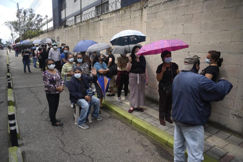 Desde temprano acudieron guatemaltecos de 50 años al CUM. (Foto: Wilder López/Soy502)
